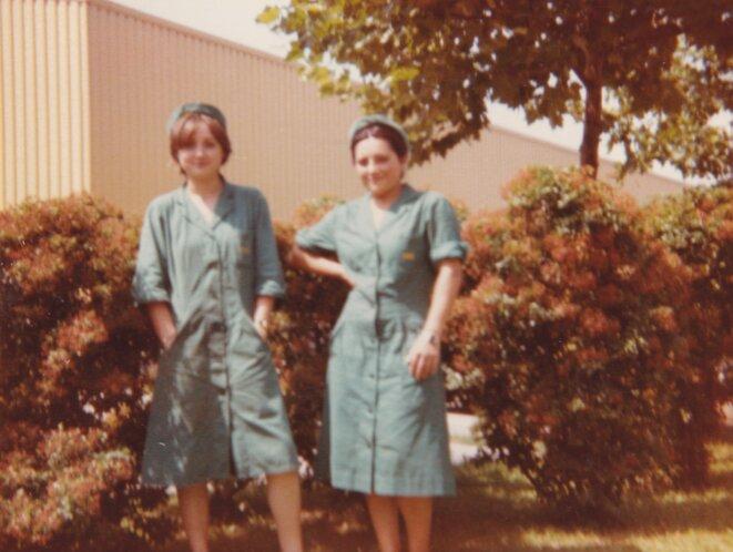 Saisonnières devant une usine, photographie, sans date. © archive personnelle