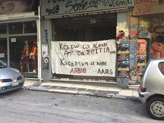 Les tags anti-airbnb ont fait leur apparition ces derniers mois dans les rues d'Exarcheia. © Elisa Perrigueur