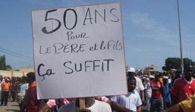 Manifestation à Lomé, 27 novembre 2014, 50 ans pour le père et le fils ça suffit