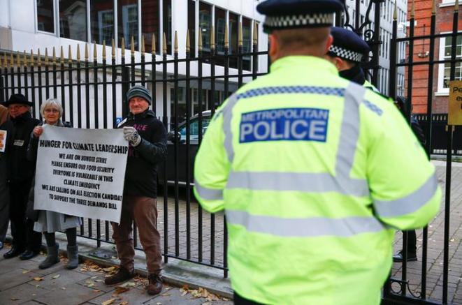 Militantes de Extinction Rebellion participan en una huelga de hambre a la entrada de la sede del partido conservador, en Londres el 18 de noviembre de 2019. © Reuters