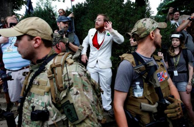 Rassemblement suprémaciste à Charlottesville (Virginie), en août 2017. Un nationaliste protégé par des miliciens en armes provoque des manifestants antifascistes. © Reuters