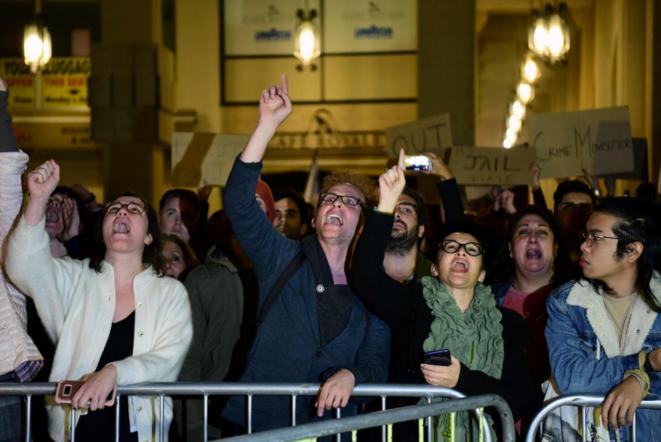 Des manifestants appellent à la démission du premier ministre, mardi soir, devant le Parlement. © Mark Zammit Cordina / Reuters