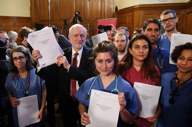 Corbyn entouré des travailleuses et travailleurs des services de santé révèlent les documents confidentiels