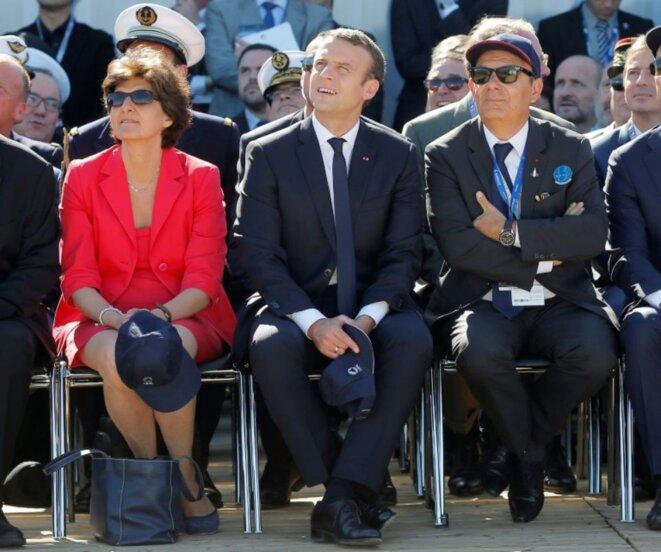 Emmanuel Macron, Sylvie Goulard (alors ministre de la Défense) et Eric Trappier (dirigeant de Dassault Aviation) trous trois au salon de l'aéronautique du Bourget, le 19 juin 2017 © Michel Euler - AFP