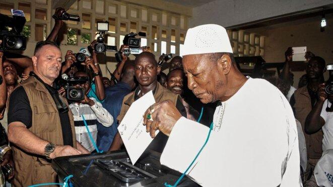 Le président guinéen sortant Alpha Condé vote, le 11 octobre 2015 à Conakry, lors des élections présidentielles  afp.com/CELLOU BINANI