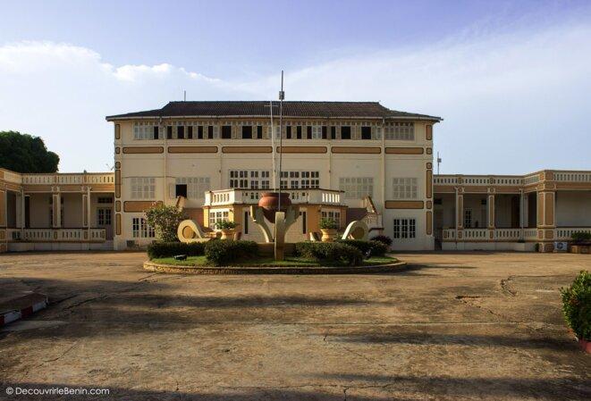L'Assemblée Nationale du Bénin à Porto-Novo occupe le bâtiment de l'ancienne résidence du Gouverneur
