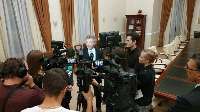 Le professeur Willy Rozenbaum à Perm devant les journalistes le 29 novembre 2019 © Aremedia