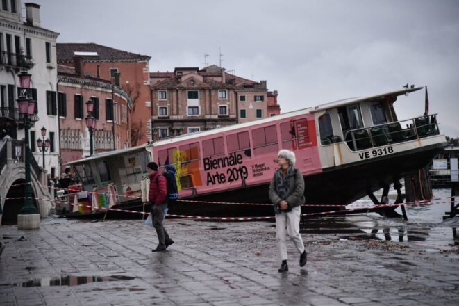 Un vaporeto bloqué après avoir été emporté par une marée extrêmement haute,13 novembre 2019, Venise. © Photo de Marco Bertorello AFP via Getty Images