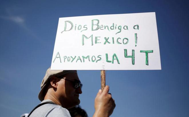 Un soutien du président mexicain le 1er décembre au Zocalo, la place centrale de Mexico (Mexique). © REUTERS