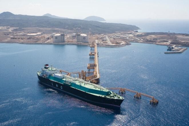 Chargement en gaz liquéfié du premier bateau méthanier devant l'usine de Balhaf en novembre 2009. © YLNG