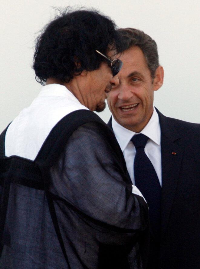 Mouammar Kadhafi et Nicolas Sarkozy, le 10 juillet 2009, en Italie, au sommet du G8 © Reuters