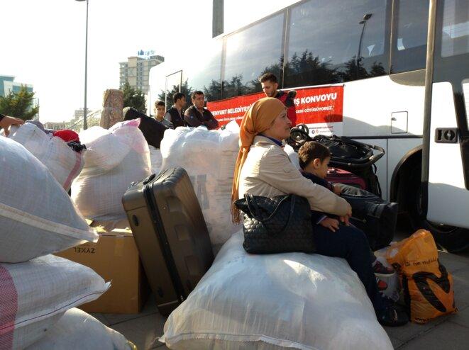 Le 6 novembre, un convoi de cinq bus affrétés par la mairie d'arrondissement stambouliote d'Esenyurt s'apprête à prendre la route avec à son bord 200 réfugiés syriens candidats au retour dans leur pays. © NC