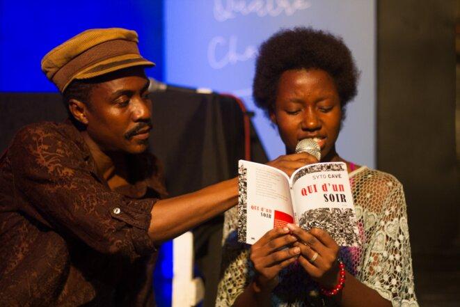 Guy Régis Jr  et la lectrice d'un texte de Syto Cavé © Carven Adelson
