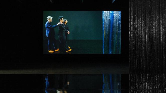 """Vue de l'installation vidéo """"Moving backward"""" de Pauline Boudry et Renate Lorenz, Pavillon suisse, Commissariat: Charlotte Laubard, Biennale de Venise 2019. © Annick Wetter"""