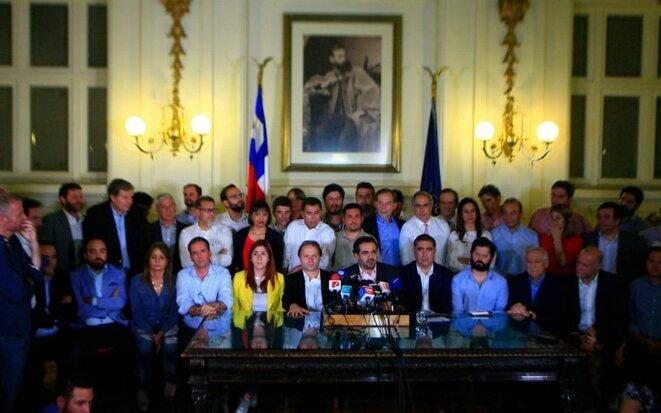 """Parlamentarios pro Piñera y de """"oposicion"""" habiendo pactado """"El acuerdo por la Paz"""", por fuera de las instacias parlamentarias. © rockandpop.cl"""