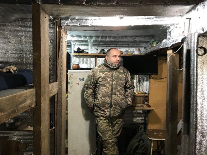 Oleksandr, soldat en charge d'un avant-poste ukrainien au sud de la ville d'Avdiivka. Il est ici dans son abri souterrain aménagé. © SG