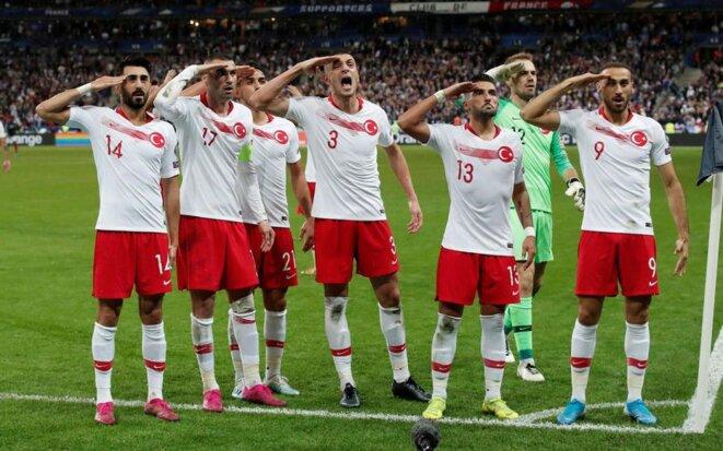 Des joueurs de l'équipe nationale turque mimant un salut militaire
