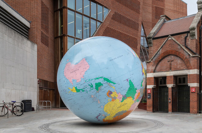 «Le Monde à l'envers» de Mark Wallinger exposé à la London School of Economics.  Photo: Apple Daily.