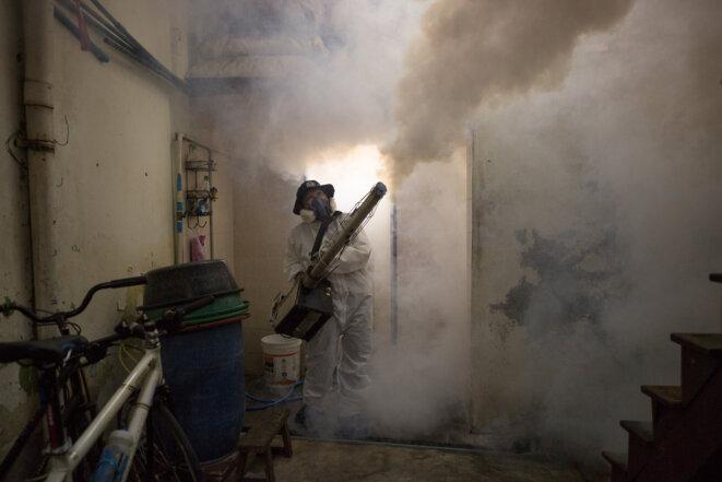 Après une grave épidémie de dengue dans le quartier de Chinatown à Bangkok, l'administration métropolitaine s'est rendue sur place pour fumiger la zone et mettre en garde la population. © Luke Duggleby