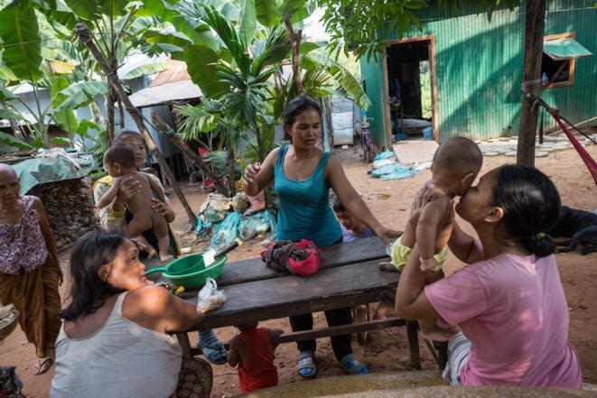 Dans cette communauté au fond d'une allée en terre battue dans les faubourgs de Siem Reap au Cambodge, six personnes ont déjà attrapé la dengue mais aucune autorité sanitaire n'est venue leur rendre visite. © Luke Duggleby