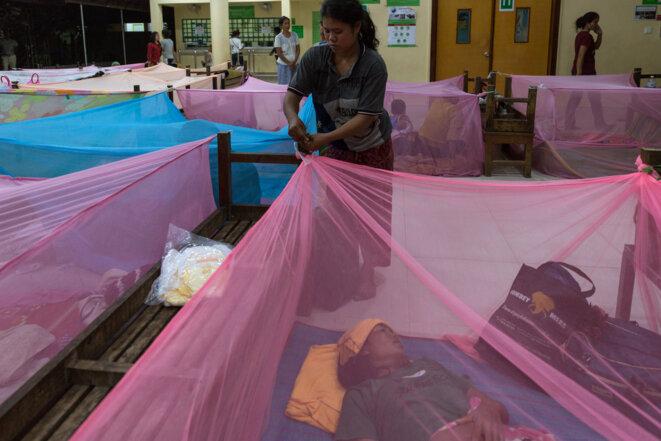 Toutes les nuits, l'hôpital pour enfants d'Angkor met à disposition des moustiquaires dans la cour de l'établissement pour les familles  qui viennent de loin. © Luke Duggleby