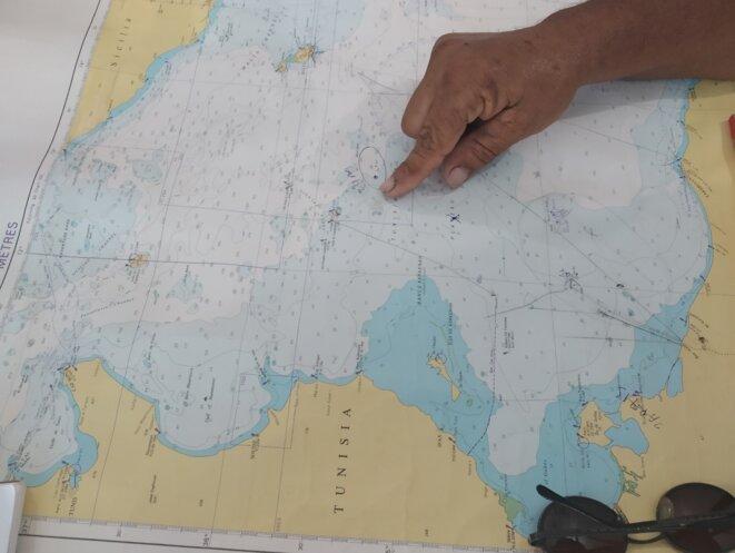 Slah Eddine montrant sur la carte les limites de la zone de pêche tunisienne