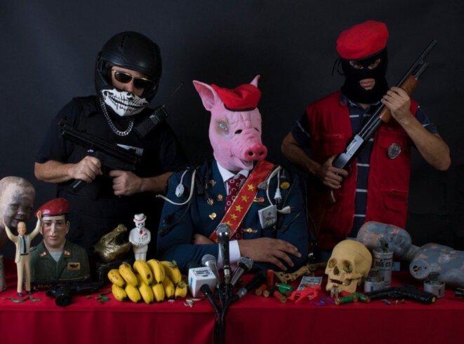 Un membre du gouvernement avec une tête de porc, en costume, est bardé de médailles et de prises électriques, le symbole vénézuélien des pistons et de la corruption. © DR