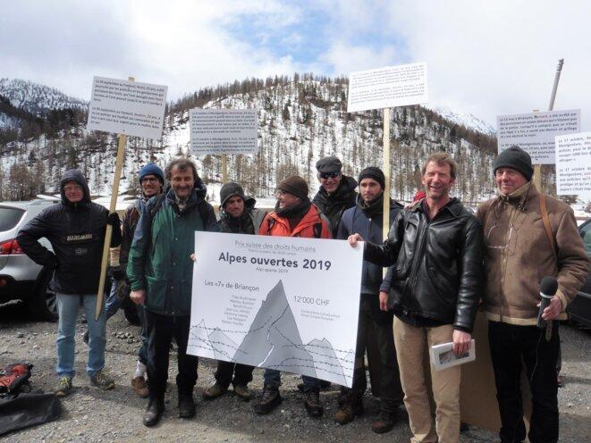Les « 7 de Briançon » reçoivent le prix « Alpes ouvertes » 2019, devant le local de la police aux frontières de Montgenèvre. 23 avril 2019. © Pierre Isnard-Dupuy
