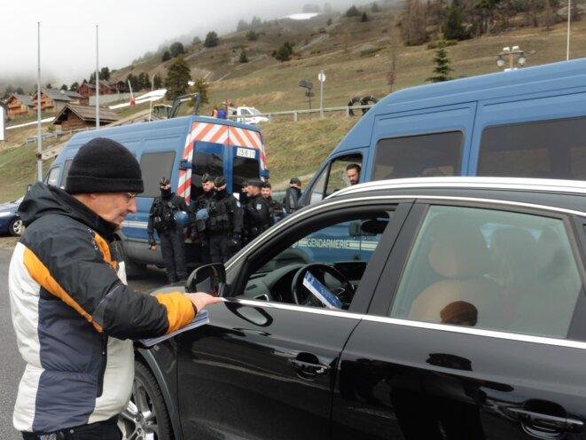 Pendant la remise du prix « Alpes ouvertes », Michel Rousseaux de l'association Tous Migrants distribue des brochures aux automobilistes pour informer sur le rôle des maraudeurs. © Pierre Isnard-Dupuy