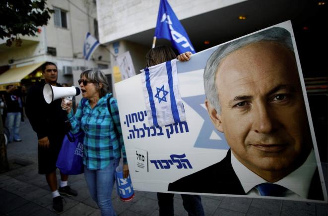 Des supporters du premier ministre israélien, en novembre 2019. © Reuters/Corinna Kern
