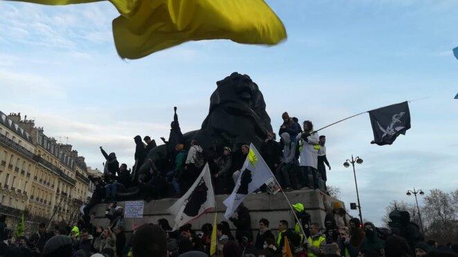 Place Denfert-Rochereau à Paris, à l'arrivée de la manifestation du 10 décembre. © Dan Israel