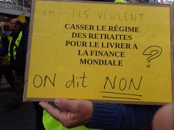 Ils veulent casser le régime des retraites pour le livrer à la finance mondiale - On dit NON ! © ©AB
