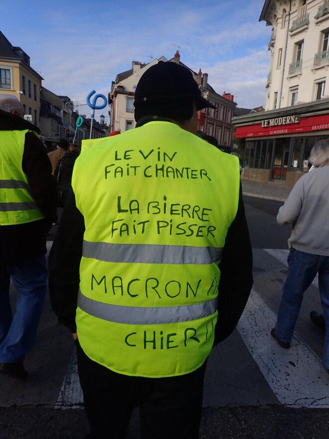 Le vin fait chanter, la bière fait pisser, Macron fait chier !! © ©AB