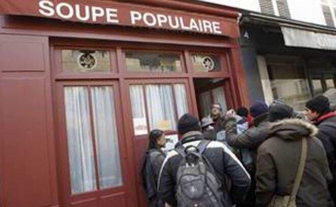 Les pauvres et la soupe populaire © Pierre Reynaud