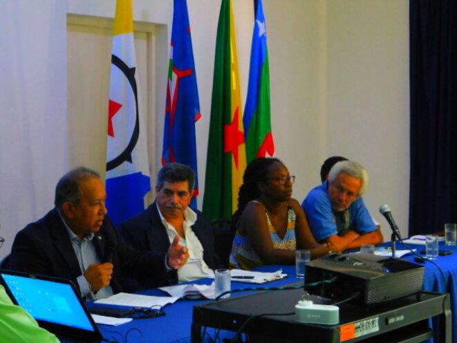 e gauche à droite : Sr Juan Thijsen, président du Parlement d'Aruba. Sr José M Lopez Sierra (CUDPR) Puerto Rico. Sra Sabine Fabien, Sr Maurice Pindard (MDES) Guyane. Bonaire IV International Symposium. Dec 06th, 07th, 08th.