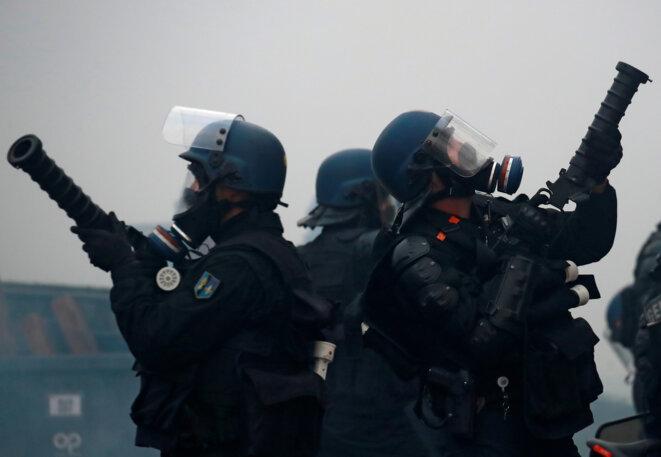 Policiers porteurs de lanceurs de grenades Cougar, le 24 novembre 2018, à Paris. © Reuters