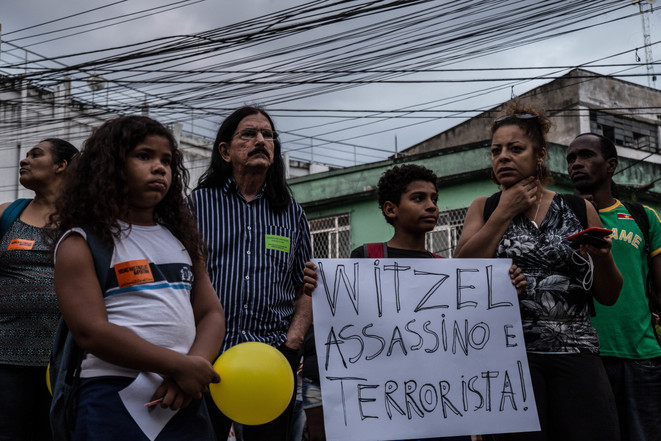Dans une manifestation, une banderole contre le gouverneur de Rio de Janeiro, Wilson Witzel. © JMA