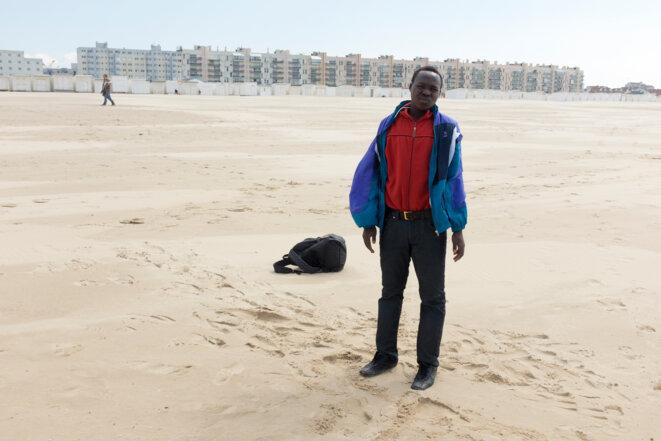 Lotfi Benyelles, Hassan, un an après son départ d'El Fasher, 2017, réalisée dans le cadre d'une commande publique photographique du Centre national des arts plastiques (Cnap) et du Pôle d'Exploration des Ressources Urbaines (PEROU) intitulée « Réinventer Calais », FNAC 2017-0091 (2), Cnap © Lotfi Benyelles / Cnap