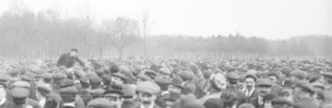 Cheminots en grève réunis au bois de Vincennes le 25 février 1920. Un syndicaliste, Chavereau, harangue la foule. Détail d'une photographie de presse de l'Agence Rol, Paris, 1920. Source: www.gallica.bnf.fr