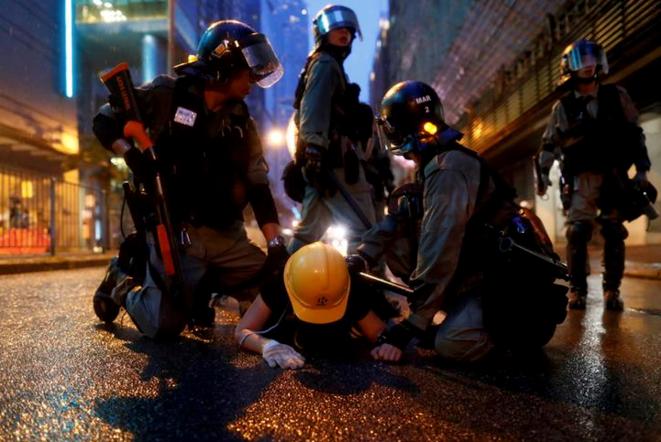 Un manifestante arrestado en Tsuen Man en Hong Kong el 25 de agosto de 2019. © Reuters/Thomas Peter