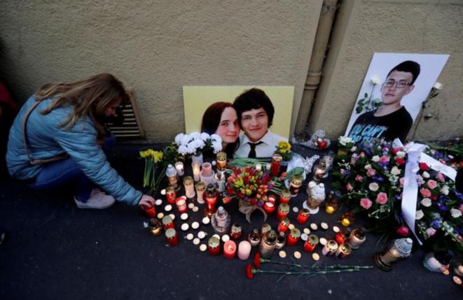 Une femme devant un mémorial pour le premier anniversaire de l'assassinat de Jan Kuciak et de Martina Kusnirova à Bratislava le 21 février 2019. © REUTERS