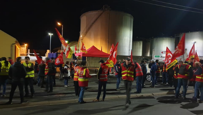 La CGT et les Gilets Jaunes bloquent le dépôt d'essence de Cusset le 19 décembre tôt le matin