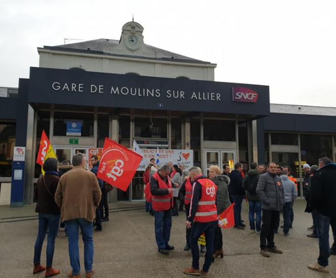Le 18 décembre, des militants CGT étaient rassemblés devant la gare de Moulins en soutien avec les cheminots
