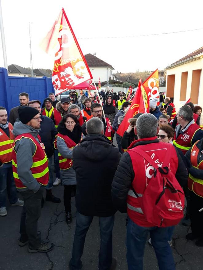 Les manifestants font le point autour du secrétaire départemental de la CGT, Laurent Indrusiak