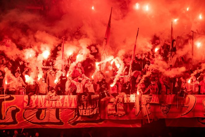 Le fumigène, un élément essentiel de la culture du supporter ultra | © Iconsport