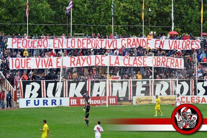 Une banderole des Bukaneros du Rayo Vallecano ; « Petit sportivement mais grand en valeurs, vive le Rayo de la classe ouvrière» | © Bukaneros