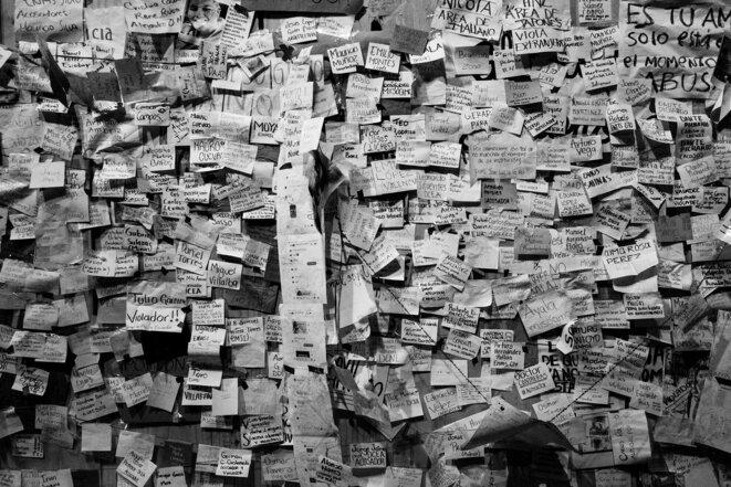 «Mur des harceleurs»: face à la multiplication des actes de harcèlement un mur est dressé devant les escaliers de l'université pour donner une visibilité à ce phénomène, les dénonciations sont placardées à la vue de tous pour incarner la fin du silence. © © Crédit photo: Jorge Arreguín Tovar