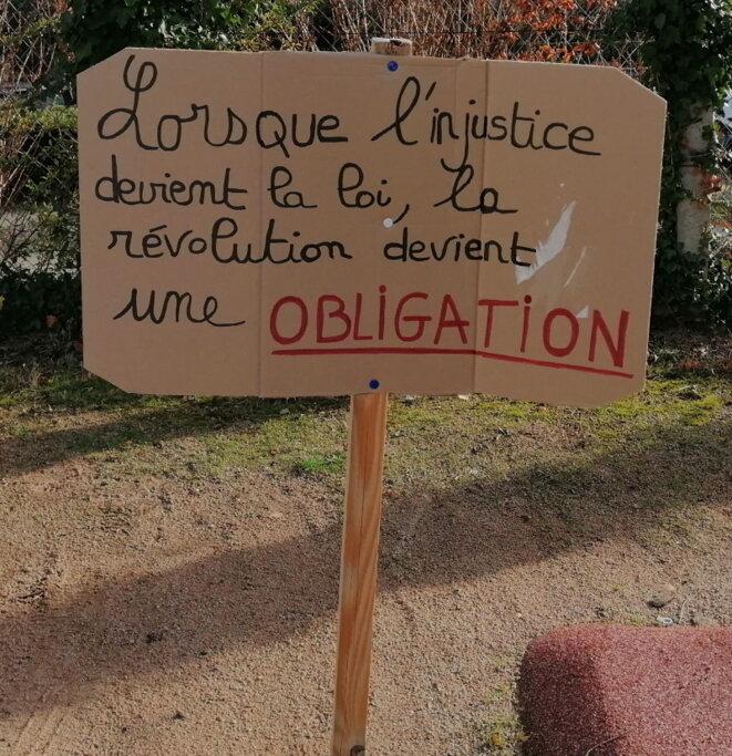 Des slogans qui rappellent ceux vus dans les défilés contre la réforme des retraites