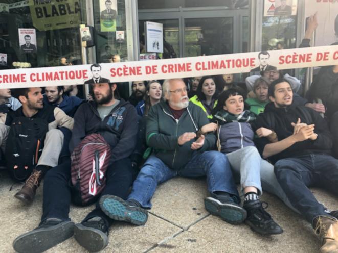 Action de Greenpeace, les Amis de la Terre et ANV-COP21 devant le siège de Total, le 19 avril 2019 (CG).