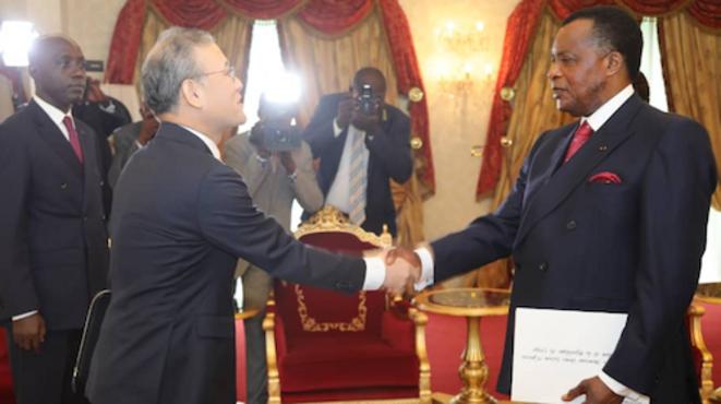 Le président Sassou et l'Ambassadeur d'Autriche au Congo